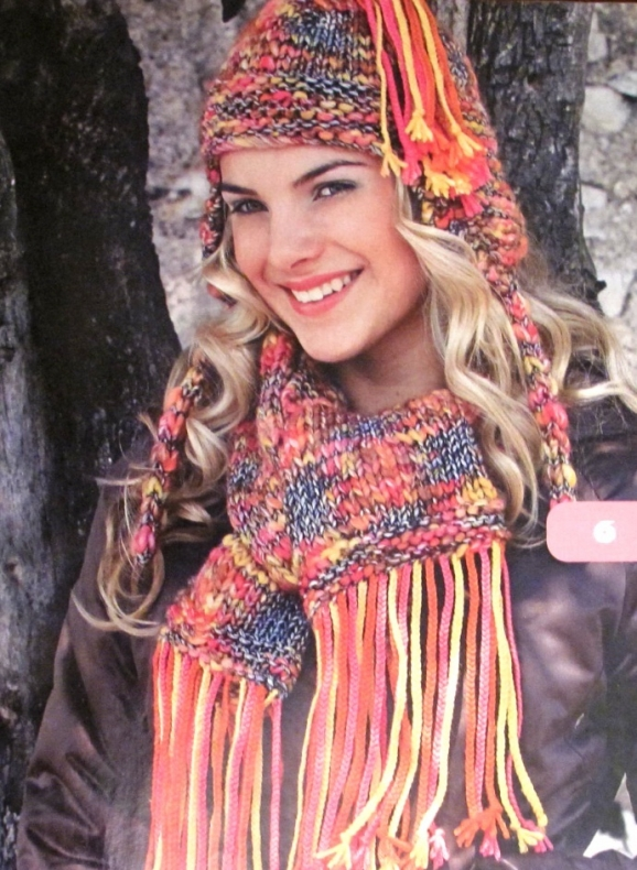 Вязаная шапка и шарфик с косичками