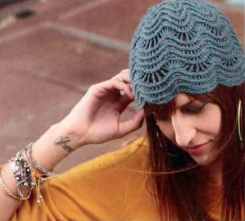 Вязаная шапка с ажурными волнами