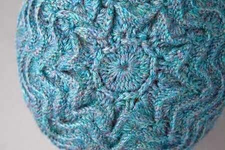 Вязаная шапка с ажурными волнами.