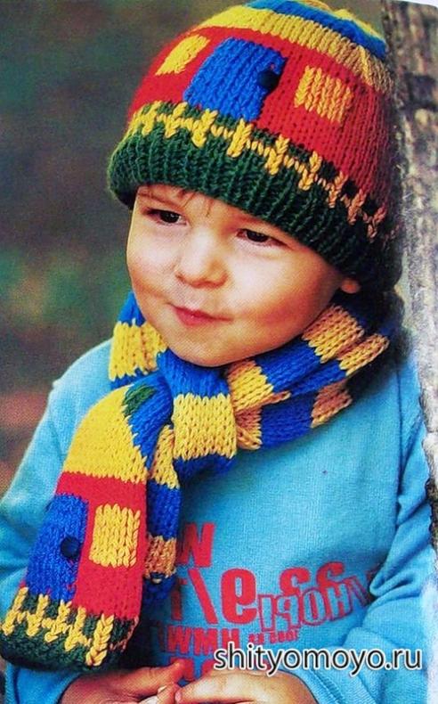 Разноцветные вязаные шапочка-домик и шарф для мальчика