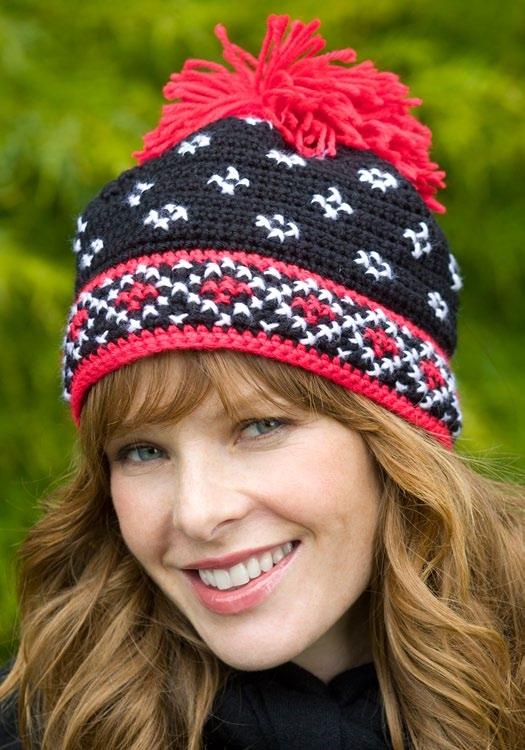 Яркая вязаная шапка с жаккардовым рисунком в скандинавском стиле.