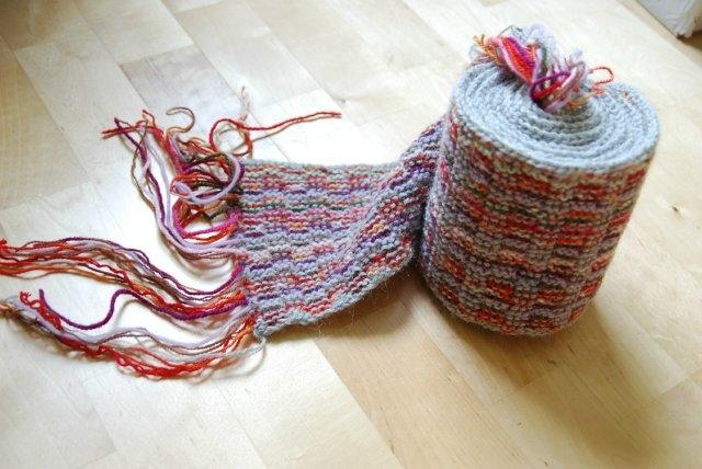 Вязаный шарф из остатков пряжи.
