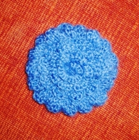 Вязаный цветок василёк