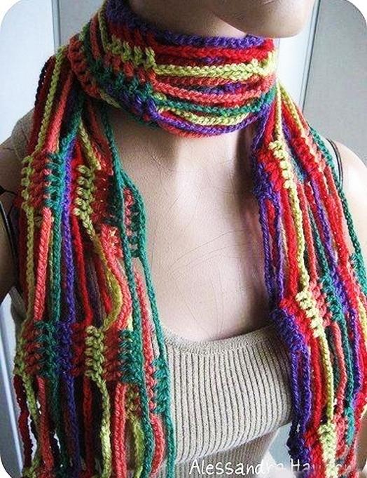 Яркий оригинальный вязаный шарф крючком